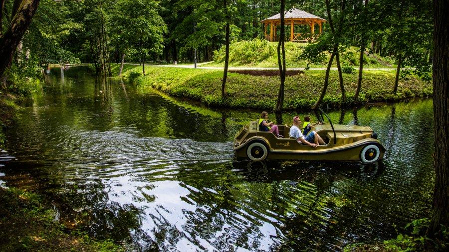 Wiele rodzin wypoczywa w wakacje na polskim wybrzeżu. Aby ułatwić pobyt, przedstawiamy nasze propozycje miejsc atrakcyjnych dla najmłodszych.